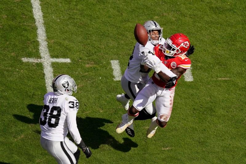 Raiders defense shuts down Chiefs' Patrick Mahomes in second half