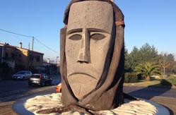 Maschera in pietra all'ingresso di Ottana