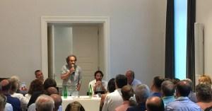 Gigi Di Fiore durante una conferenza