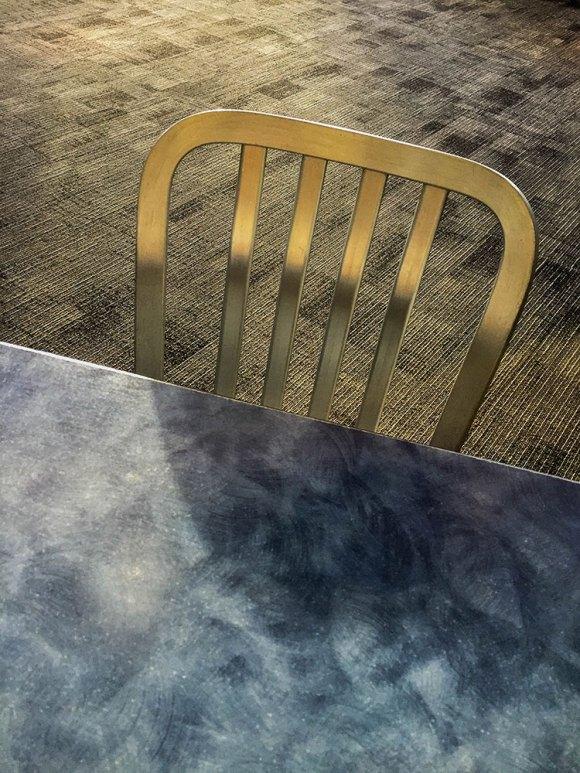 stolsrygg-och-bordskant-(1-av-1)