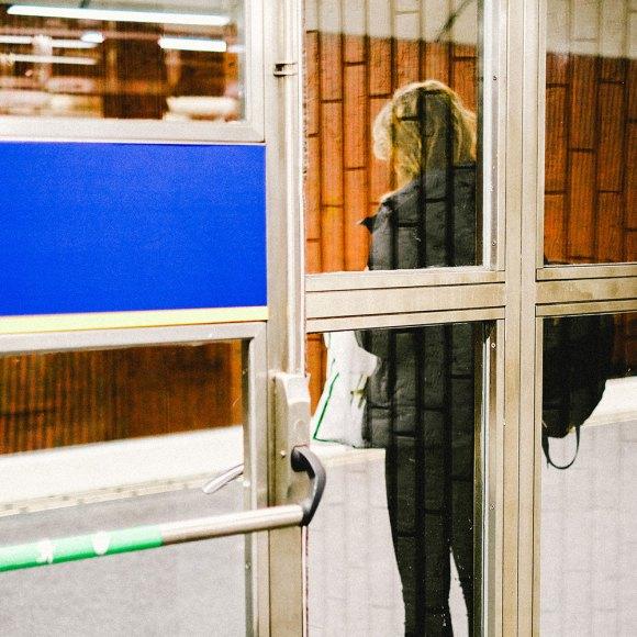 kvinna-bakom-glasdörr-Fuji-Velvia