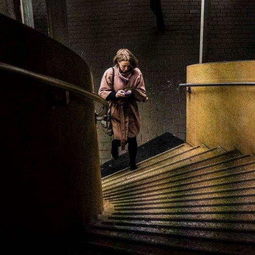 Lady-in-pink-gula-trappan,-upp-1x1