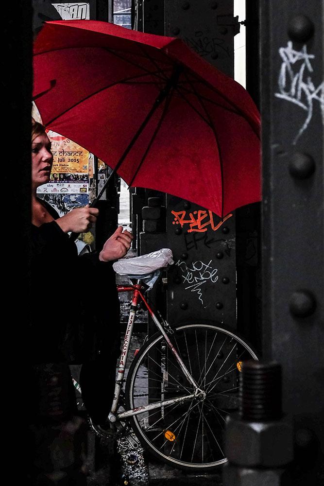 Rött-paraply-mellan-stålpelare-Alex-(1-av-1)