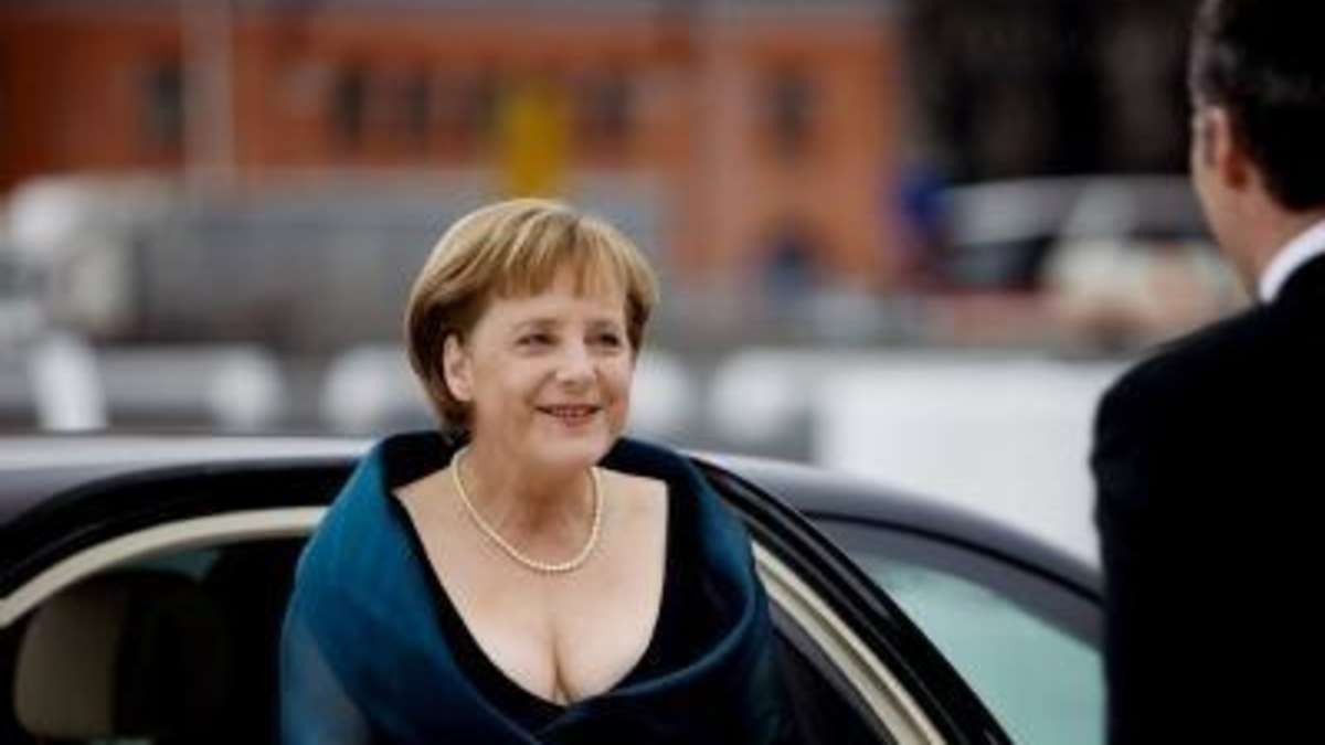 Angela Merkels Dekollet sorgt fr Furore  Boulevard