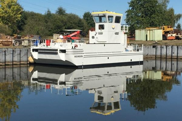 Mise à l'eau de la barge multiservice SEEM 14-1200 « Richelieu »