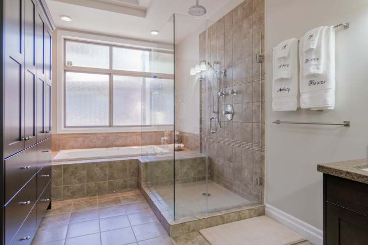 Ensuite spa bath and shower on main level - 185 - 51075 Falls Court, Chilliwack