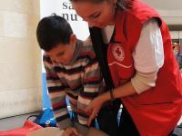 Lecții de prim ajutor pentru copii şi pentru mămici, organizate de Crucea Roșie Sibiu