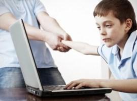 În România, un minor din zece este dependent de internet. Cum pot părinţii să îşi protejeze copiii de pericolele din mediul online