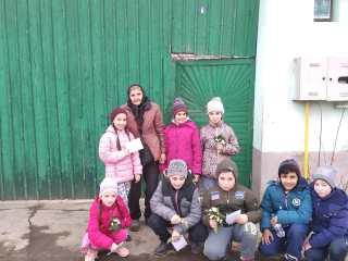 De 1 Martie, copiii de la Săcădate le-au oferit mărțișoare, ghiocei și felicitări mamelor și bunicilor din sat
