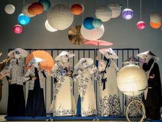 """Cu accent pe ritmul cuvintelor și al sunetelor, spectacolul """"Privighetoarea"""" creionează o lume de porțelan, articulată pe muzica instrumentelor chinezești tradiționale / foto: Dragoș Dumitru"""