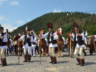 """Gastronomia și tradițiile fac casă bună la festivalul """"Bujorul de munte"""""""