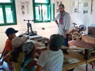"""Ateliere de caligrafie, hârtie și coșuri de nuiele la """"Școala în satul tradițional"""""""