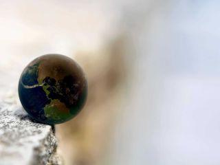 SCRISOAREA CITITORULUI | Pământul plânge tăcut
