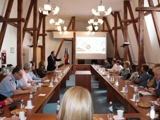 """Autoritățile locale iau lecții de la specialiști. Workshop """"NATO urban. Sibiul – primul oraș NATO"""" la Primărie"""