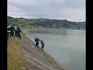 Un pescar beat a alunecat în râu, la Avrig. Era prins cu o funie și tot nu a reușit să iasă!