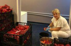 Bucătăresele de la Spitalul de Pneumoftiziologie Sibiu pregătesc otonă de legume conservate pentru hrana pacienților în sezonul rece