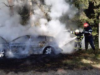 FOTO: O maşină a ars ca o torţă la Bâlea