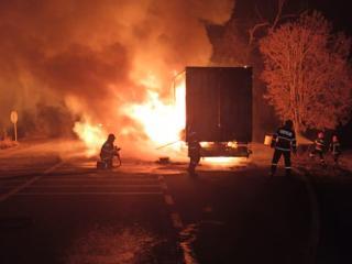 Incendiu puternic pe DN 14! Un camion plin cu colete a luat foc