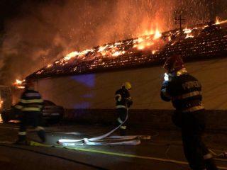 FOTO: O mână criminală a provocat un incendiu la un microbuz și la acoperișul unui depozit de fructe, în Mediaș