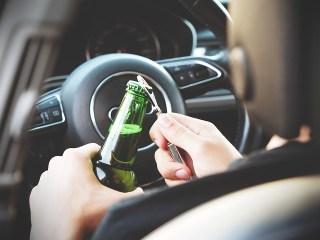 """Alcoolul i-a dat aripi. Praf de beat, conducea cu peste 100 km/h. Câți șoferi au """"speriat"""" etilotestul în weekend"""