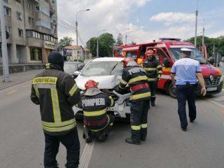 FOTO: Mașină spulberată de un șofer neatent. Un om a ajuns la spital