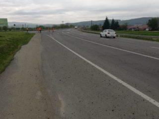FOTO: Trafic îngreunat pe DN1, la Avrig. A căzut pietriș pe sute de metri