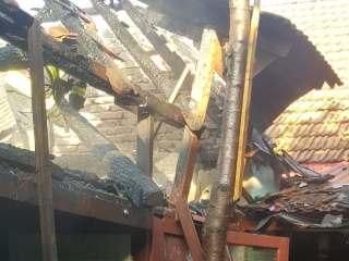 FOTO: Panică în Turnu Roșu. Bărbat asistat medical după un incendiu