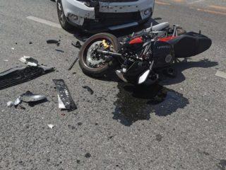 FOTO: Accident cumplit într-o intersecție din municipiul Sibiu. Motociclist de 34 de ani, rănit în urma unui impact cu o mașină