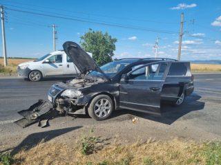 FOTO: Un şofer intră pe contrasens din cauza vitezei și ajunge la spital. A băgat în spital și celălalt șofer