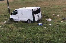 FOTO: Accident VIOLENT în Hosman. Microbuz răsturnat după ce șoferul a pierdut controlul