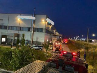 FOTO: Panică la o fabrică de producție componente electrice din Sibiu. 80 de angajați au fugit din calea flăcărilor
