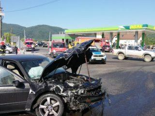 FOTO: La un pas de tragedie, în Săliște. Două autoturisme s-au ciocnit