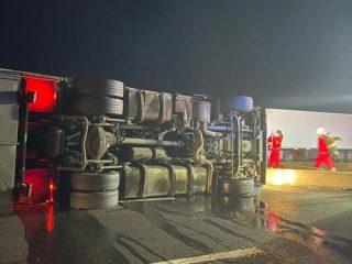 FOTO: Accident cumplit pe DN1, la Veștem. Șoferul unui TIR plin cu sucuri a murit