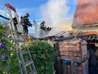 FOTO: Două case din municipiul Sibiu, pericol major