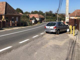 FOTO: Șofer înfipt cu mașina într-un stâlp. În ce stare e?