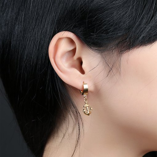 Boucles d'oreilles Ancre en acier inoxydable or portees par une femme
