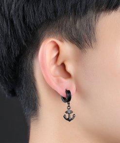boucles oreilles ancre acier inoxydable noir portee par une femme