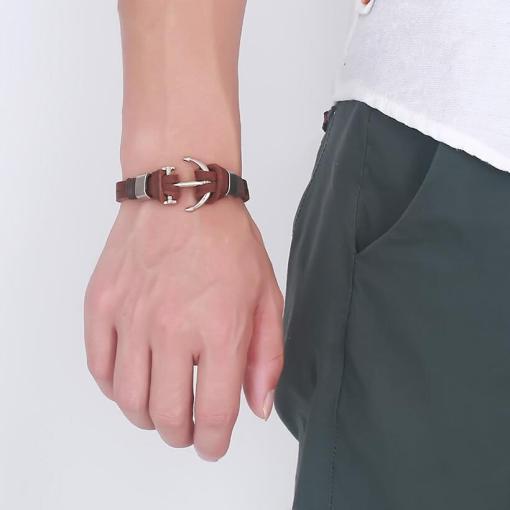 bracelet ancre en cuir marron porte par un homme main gauche