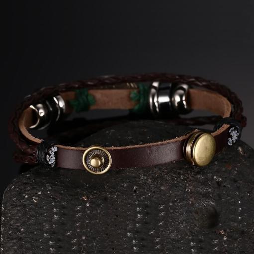 bracelet poisson cordre tressee seul sur fond noir vue sur exterieur
