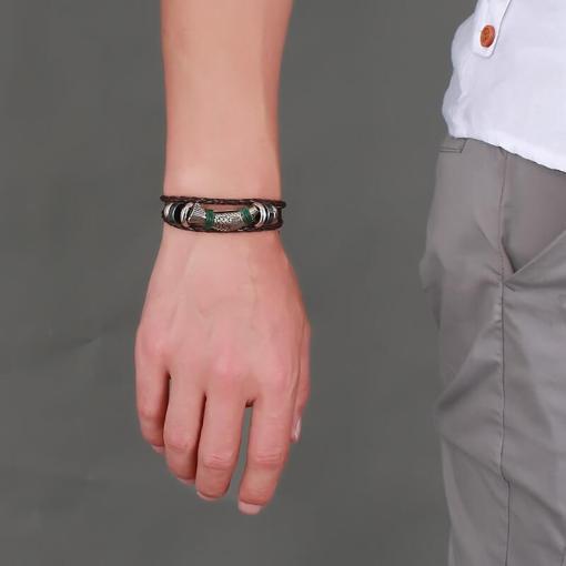 bracelet poisson cordre tressee porte par un homme main gauche