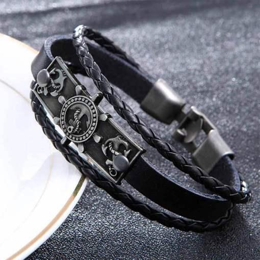 bracelet charme ancre gouvernail en cuir noir presentation