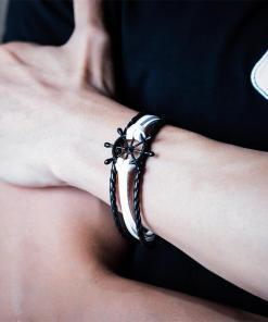 Bracelet de marin motif gouvernail en cuir multicouche sur le poignet