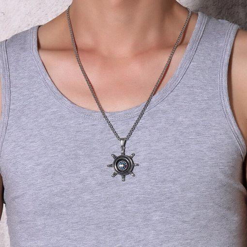 Collier avec pendentif gouvernail et boussole porte par un homme