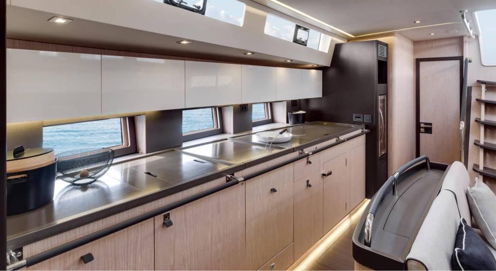 interieur-cuisine-oceanis-yacht-62-beneteau-mesailor