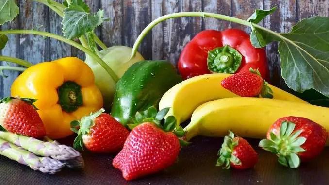 Frutas y verduras coloridas con un fondo de madera.