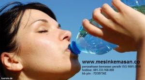 minum-dari-botol-130803b