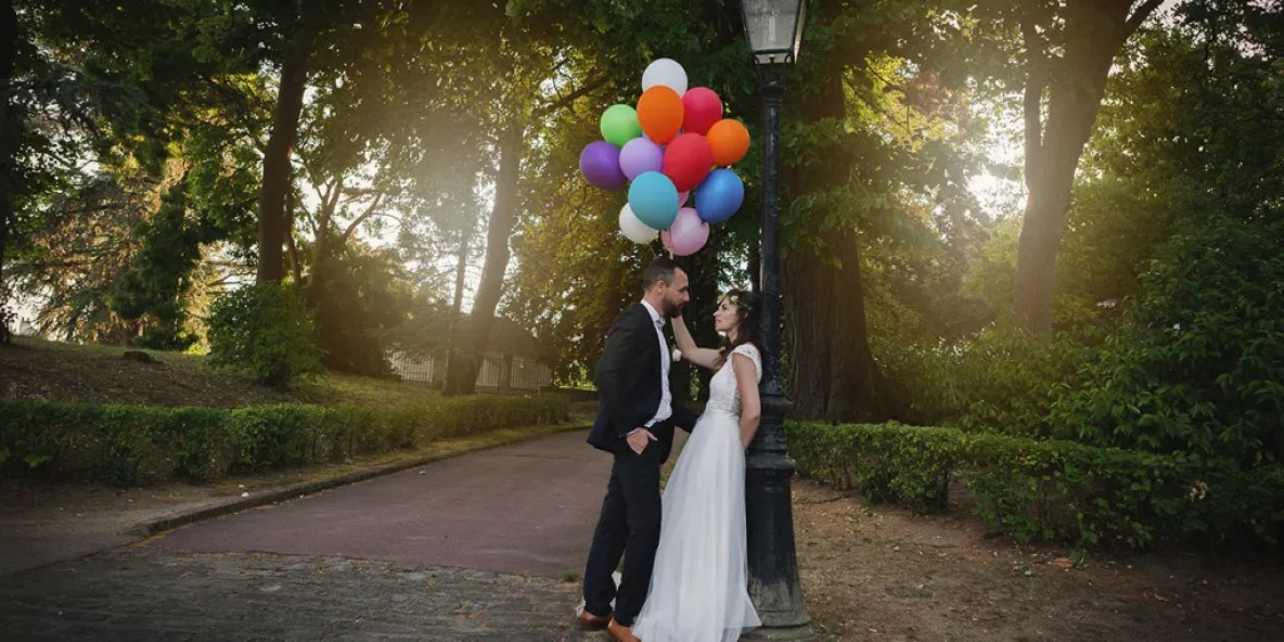 portrait des mariés avec ballons romantique au coucher du soleil Photographe mariage ile de france