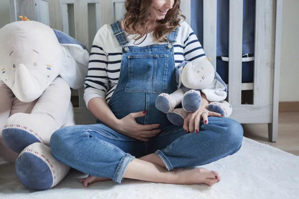 seance photo grossesse a domicile dans la chambre de bébé