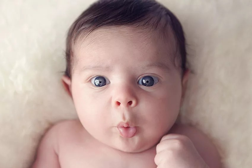 portrait bébé grands yeux bleus duck face