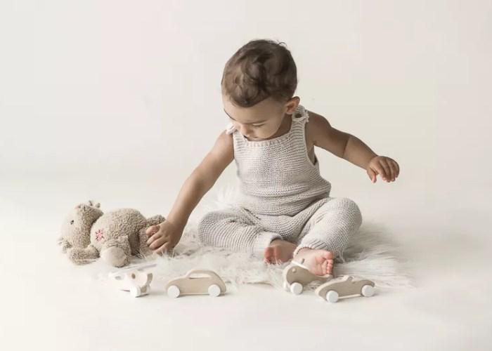 bébé 1 an entrain de jouer ambiance douce et tricot